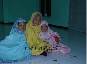 Menjadi jamaah shubuh pertama yang hadir, semoga menjadi anak-anak sehat dan sholehah. ;)